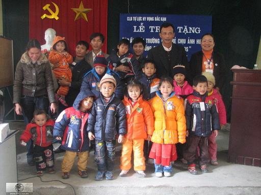 Câu lạc bộ Hy Vọng Bắc Kạn tổ chức buổi lễ trao áo ấm cho các bé chịu ảnh hưởng và sống chung với HIV/AIDS