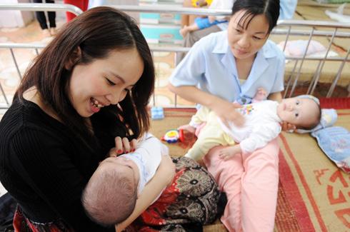 Cô MC Robocon Linh Hương đang mang bụng bầu cũng thích thú
